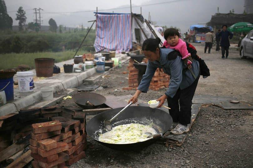 Los damnificados se alimentan en los campos de refugiados y comen de ollas populares. Foto: EFE