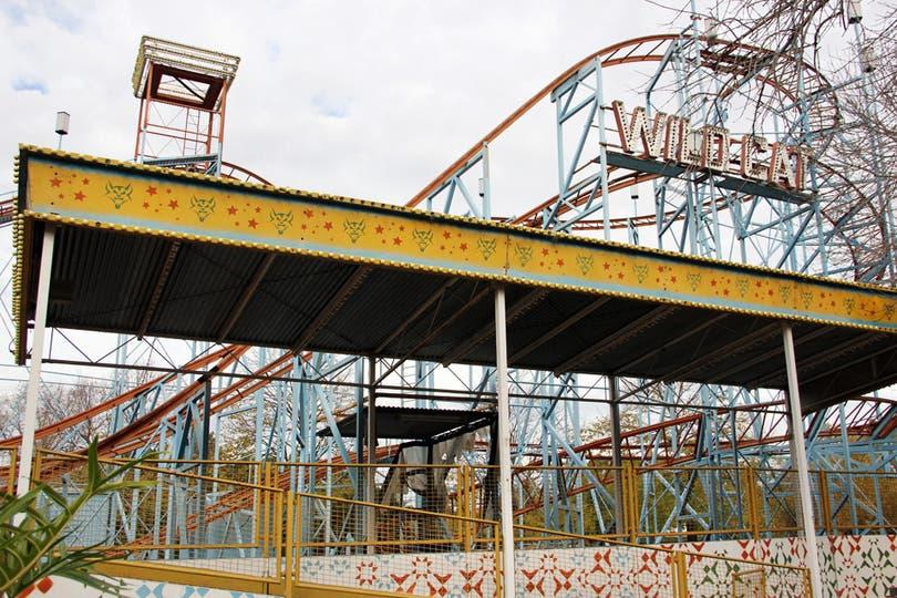 La estructura de Wildcat, la montaña rusa de acero fabricada en Alemania; contaba con 10 carros que alcanzaban los 65 km/h. Foto: LA NACION / Mauricio Giambartolomei