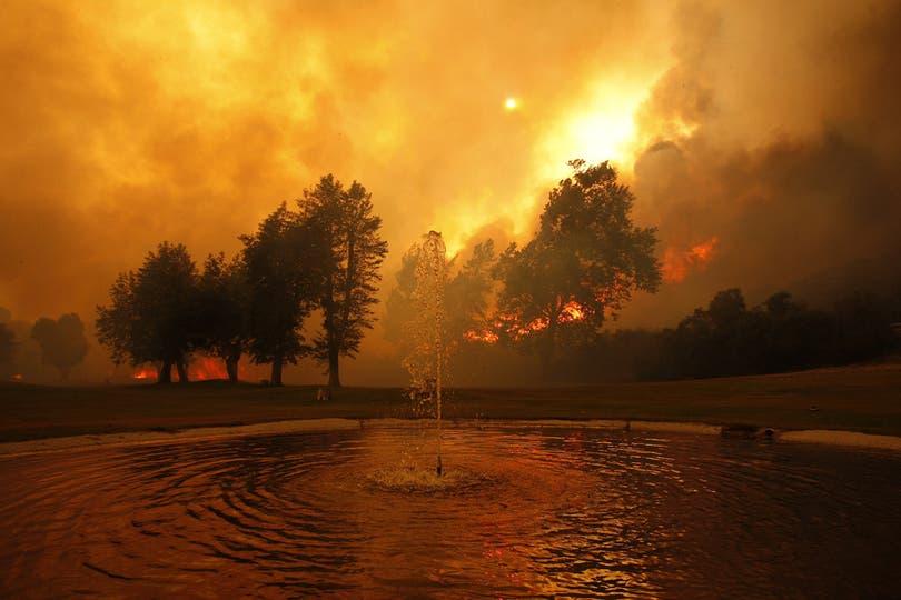 EL fuego rodeó un campamento deportivo cerca del lago Hughes. Foto: AFP