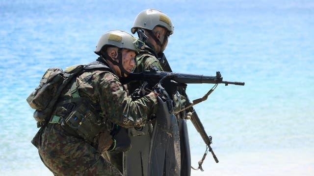 Imagen de archivo de mayo de 2017. Soldados japoneses participan en un ejercicio anfibio como parte de ejercicios militares conjuntos entre los Estados Unidos, Japón, Francia y el Reino Unido, en la base naval de Guam
