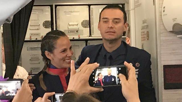El Papa casó a dos tripulantes del Airbus en el vuelo que lo llevó a Iquique