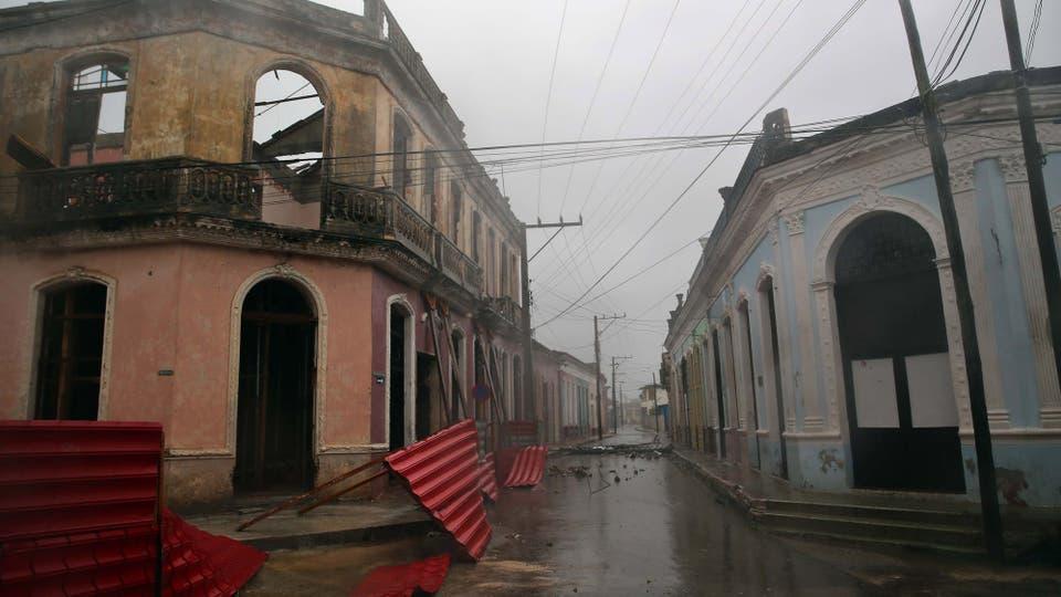 Vista de tejas caídas en la ciudad de Remedios, en el centro de Cuba, durante el paso del huracán Irma . Foto: EFE / Alejandro Ernesto