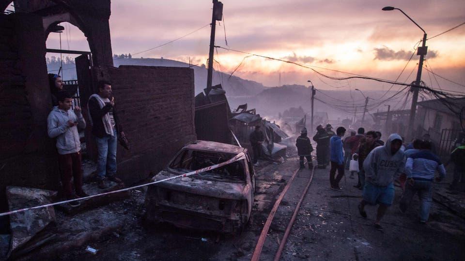 Incendio en Chile: un desaparecido, 19 heridos y más de cien casas destruidas por el fuego en Valparaíso. Foto: AFP