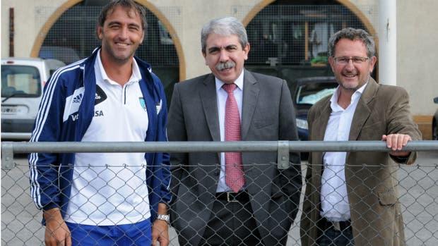 Otros tiempos: Anibal Fernández, el presidente que se fue, rodeado por Carlos Retegui y Gabriel Minadeo, los DT que siguen