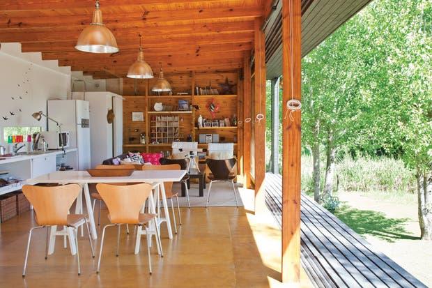 El más grande de los dos volúmenes que componen la vivienda contiene la cocina, el estar-comedor y el box del toilette. Un gran porcentaje de la decoración y el equipamiento fue parte del diseño constitutivo de la casa..