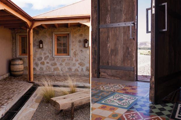 El gran portón fue hecho con maderas de más de 100 años. Sus herrajes son de hierro forjado a mano; se colocaron mosaicos calcáreos en la entrada..
