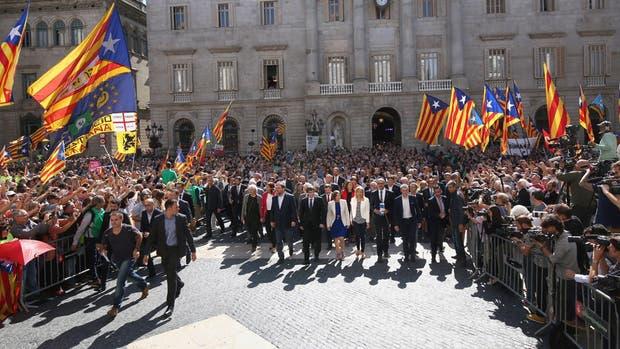 Puigdemont y los principales funcionarios catalanes, ayer, luego de la declaración de la independencia, en Barcelona