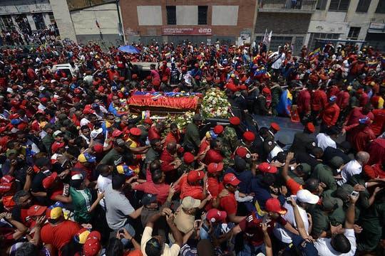 Una multitud acompaña el cortejo fúnebre y llora al presidente fallecido ayer, tras un prolongado tratamiento contra el cáncer. Foto: AFP