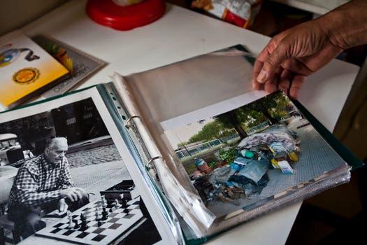 En un álbum de fotos guarda recuerdos de cuando vivía en la calle, rodeado de bolsas. Foto: LA NACION / Ezequiel Muñoz