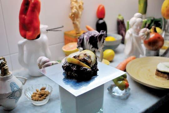Equilibrio: en la cocina de Marcello Mortarotti, el morrón está sobre la jarra; el tomate, arriba de la berenjena; y el repollo, encima de la tetera.. Foto: Andrés Lehmann