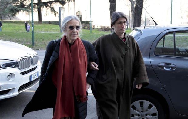 Renata y Carlota Eco, la viuda y la hija del escritor, ayer en la puerta de su casa