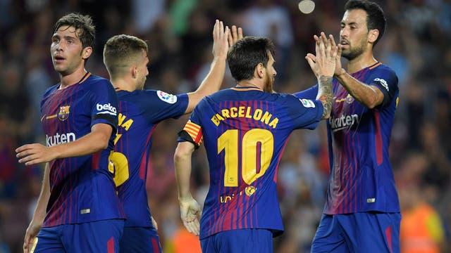 El delantero argentino de Barcelona Lionel Messi celebra con sus compañeros tras anotar en el estadio Camp Nou de Barcelona