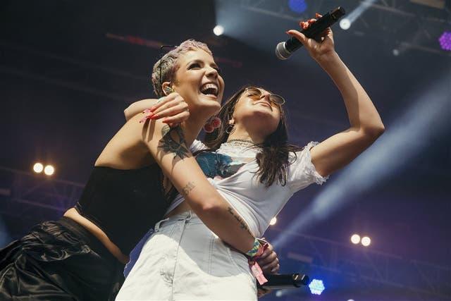 Charli XCX sumó a la cantante Halsey para versionar a las Spice Girls