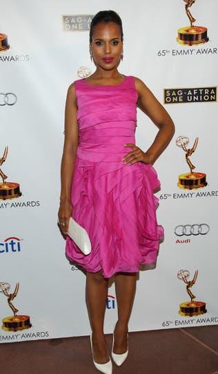 Kerry Washington eligió un vestido fucsia drapeado. El problema: stilettos y clutch blancos...¿por qué?. Foto: AP