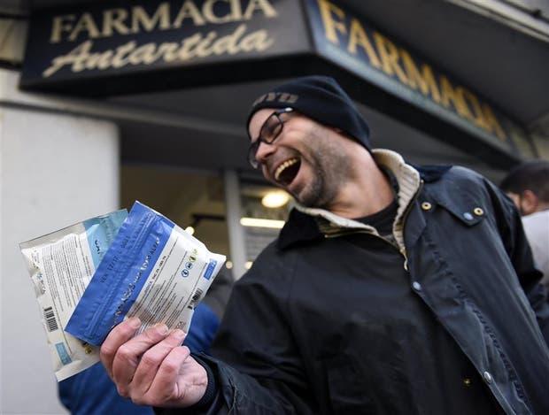 Diego Zas, con los dos sobres de marihuana que compró en Montevideo