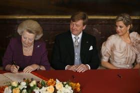 La reina Beatriz firma la abdicación en favor de su hijo Guillermo