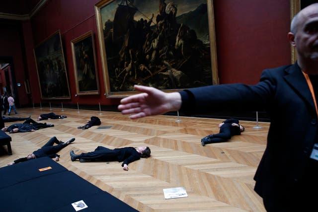 Activistas de la causa climática quedaron tendidos en el suelo de una de las salas del mítico museo por más de dos horas