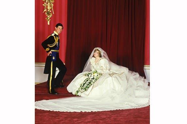Envuelta en un vestido de seda muy pomposo y con unas 10.000 perlitas, Lady Di se caso en 1981 con el príncipe Carlos. Foto: In style