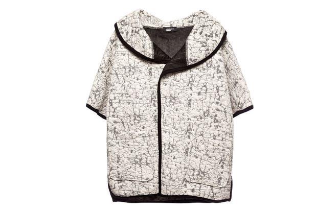 Una versión más informal, con cuello volcado y cierre invisible (Mariana Dappiano, $ 3500).