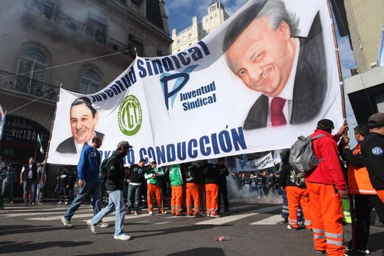 Miles de manifestantes llegaron a la Plaza de Mayo; Moyano encabezará el acto de protesta convocado por la CGT. Foto: LA NACION / Ezequiel Muñoz