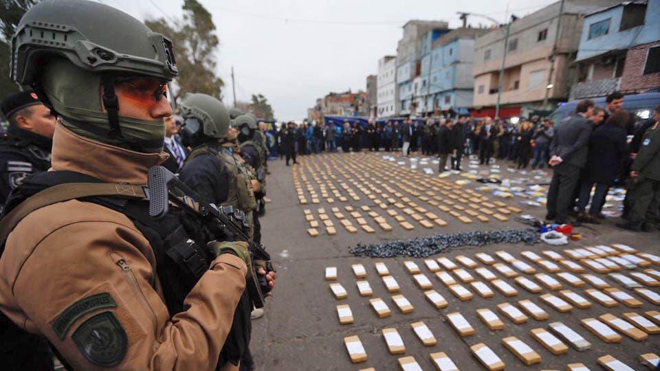 Más de un millar de gendarmes y policías realizaron esta mañana casi un centernar de allanamientos en la villa 1-11-14 del barrio porteño del Bajo Flores, en busca de drogas y talleres clandestinos,