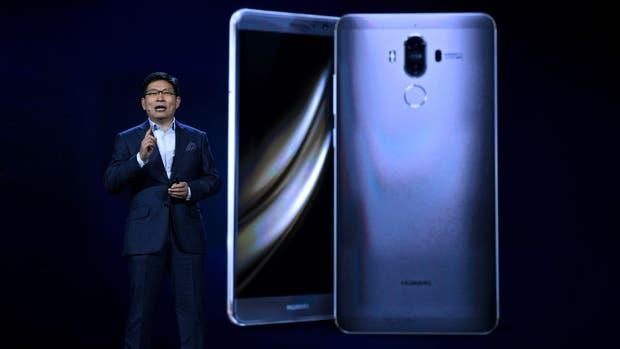 Richard Yu, CEO de Huawei, durante la presentación de la versión del Mate 9 con Alexa como asistente digital