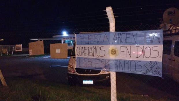 Los familiares dejaron carteles de aliento y esperanza en las rejas que protegen la base naval de Mar del Plata