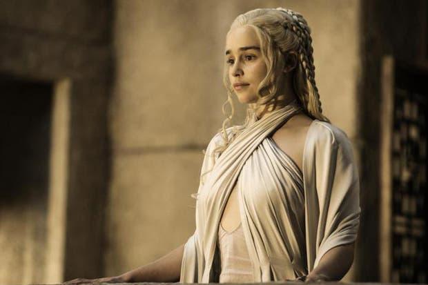 Emilia Clarke interpreta a Daenerys Targaryen, y el guión suele incluir textos en alto valyrio