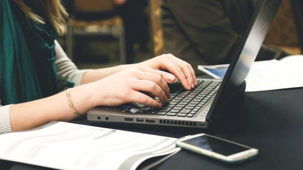 Varias iniciativas buscan aumentar la cantidad de mujeres en la industria de la tecnología, tanto en nuestro país como en el mundo