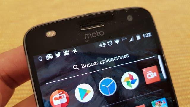 El Moto Z2 Play tiene una cámara frontal de 5 megapixeles con su propio flash de dos tonos para selfies bien iluminadas