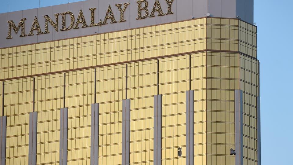 El hotel Mandalay Bay, se pueden ver los vidrios rotos desde donde disparó el homicida
