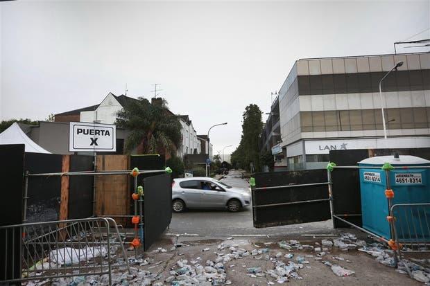 En las afueras del predio de Costa Salguero, quedaron los restos de las botellas de agua