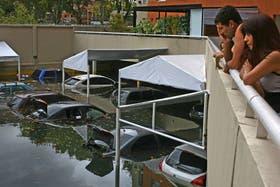 El estacionamiento de un edificio de Belaustegui entre Terrada y Condarco, en Villa Santa Rita, se convirtió en una trampa para los autos, que quedaron bajo el agua
