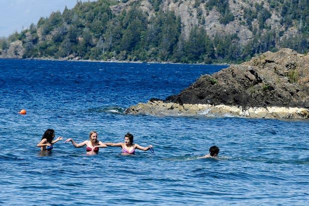 Sur: los turistas se animan al agua fría en Playa Serena, a 12 kilómetros de Bariloche