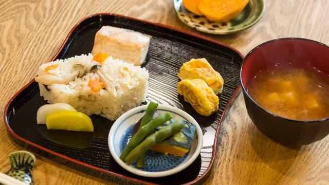El plato de comida casera con pescado, arroz y vegetales. Gentileza Airbnb