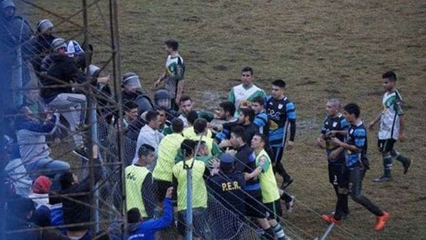 Las trompadas entre los jugadores de Viale FBC y Arsenal, en Entre Ríos