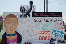 Los seguidores de Manning dejaron mensajes de apoyo en Fort Meade, donde mañana comenzará el juicio
