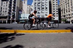 Sobre la Avenida del Libertador algunos ciclistas ya usan la ciclovía