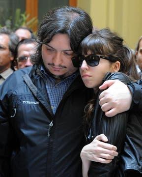 Máximo contiene, con un abrazo, a su hermana Florencia. Foto: Presidencia de La Nación