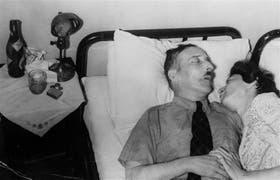 Zweig y Charlotte Altmann, la secretaria a la que hizo su esposa, yacen juntos, una vez consumado el suicidio