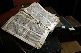 En la biblioteca del Colegio del Salvador se encuentra uno de los libros jesuitas que datan del 1500, como el que muestra la imagen