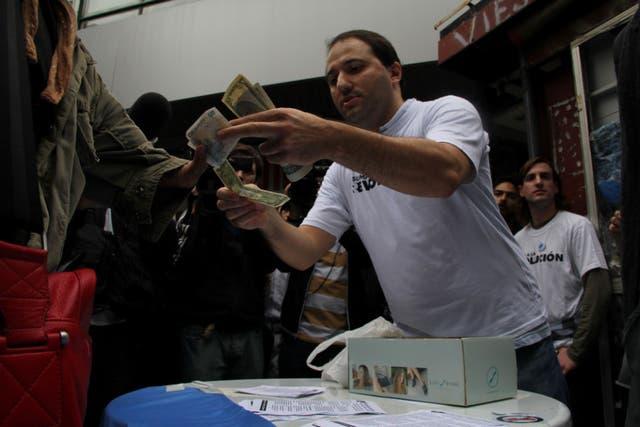 El último lunes de mayo, contra el cepo cambiario impuesto por el Gobierno, militantes liberales vendieron dólares en plena peatonal porteña
