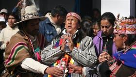 Acompañada por referentes de los pueblos collas y guaraníes, Milagro Sala (centro) encabezó la fiesta de la Pachamama, el miércoles