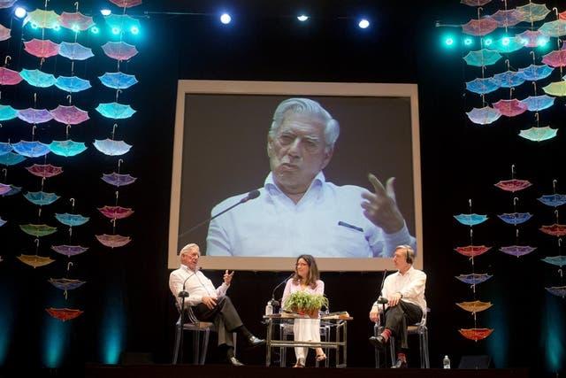 Mario Vargas Llosa, Marianne Ponsford y Julian Barnes, en el escenario del teatro Adolfo Mejía.
