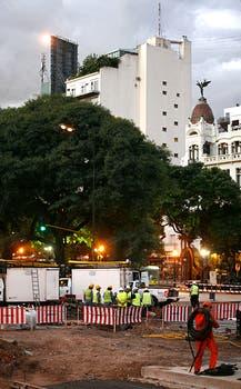 Acudieron al lugar cuadrillas de  Metrogas, personal de Emergencias del gobierno porteño y ambulancias del SAME. Foto: LA NACION / Rodrigo Néspolo