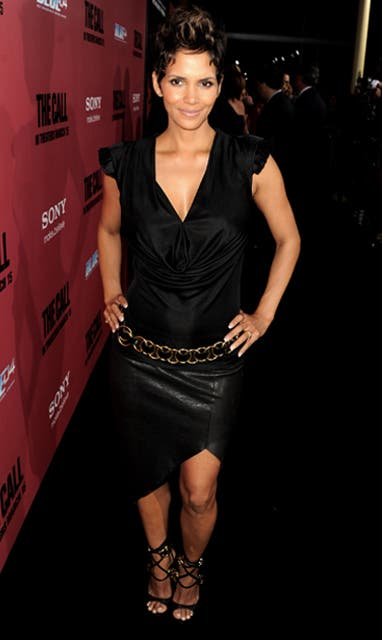 Halle Berry eligió un vestido negro para la premiere en Los Angeles de la película The Call.  Foto:  / Getty