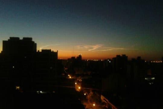 Una bola de fuego tiñó el cielo durante la noche y provocó temor y desconcierto entre sus habitantes. Foto: @orfalim