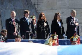 Cristina y su comitiva durante la entonación del himno nacional
