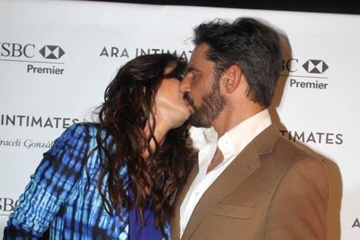 Beso 1. Araceli González y Fabián Mazzei adelantaron la imagen del casamiento que se viene. Foto: Gerardo Viercovich