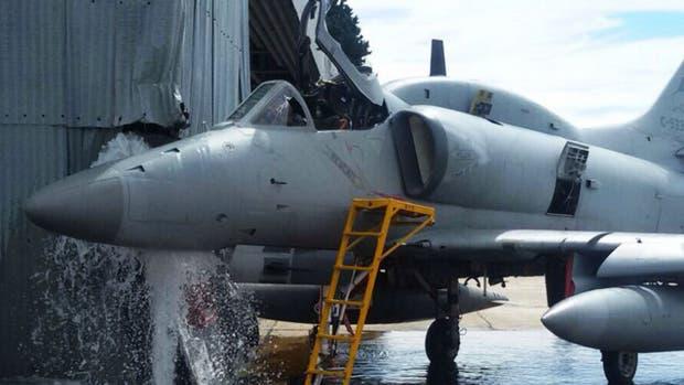 El avión A4 AR chocó el hangar